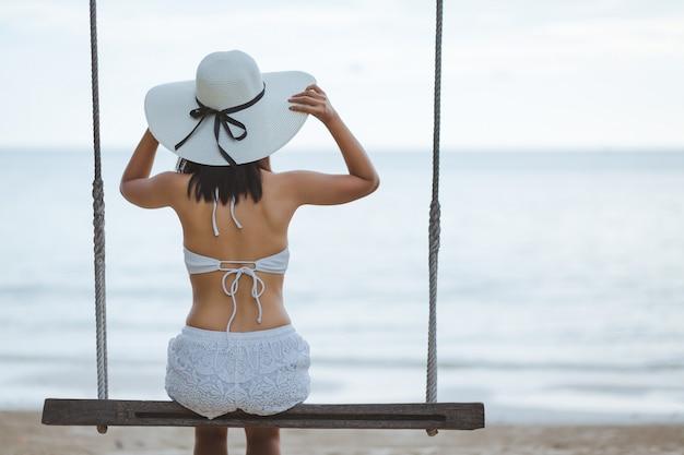 Femme, balançoire, plage Photo Premium
