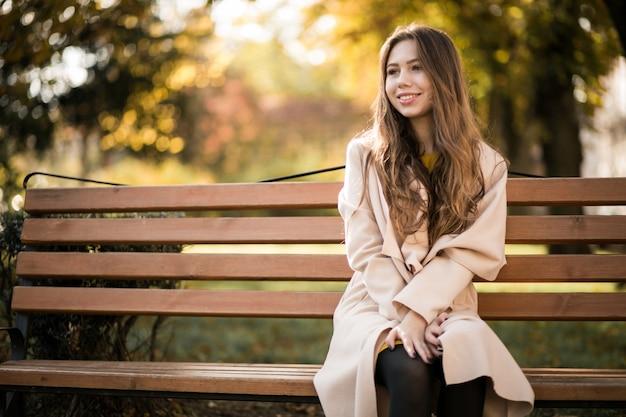 Femme sur le banc Photo gratuit