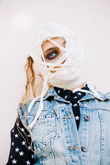 Femme avec bandage regardant avec un oeil Photo gratuit