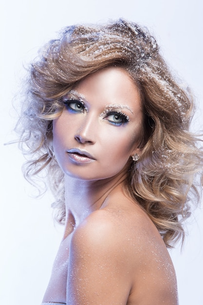 Femme avec beau maquillage Photo gratuit