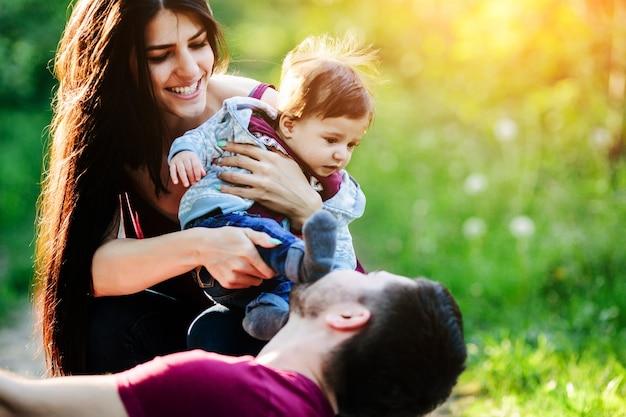 Femme avec un bébé dans ses bras pendant que son copain regarde Photo gratuit