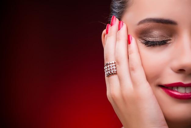 Femme avec belle bague en beauté Photo Premium