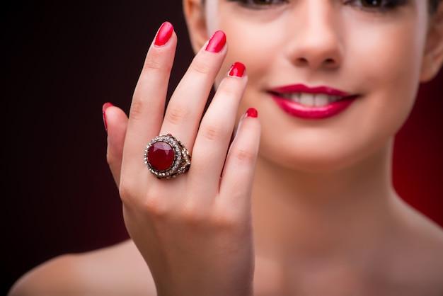 Femme avec une belle bague dans le concept de beauté Photo Premium
