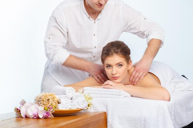 Femme belle, jeune et en bonne santé dans le salon spa. traitement de massage Photo Premium
