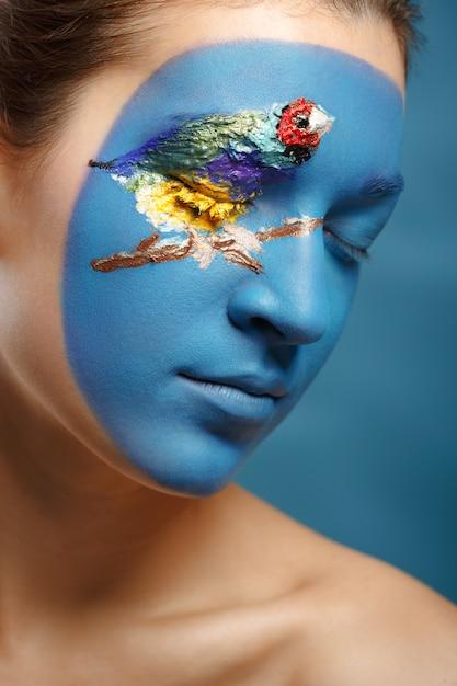Femme belle mode avec art visage style hiver. maquillage de texture. Photo Premium