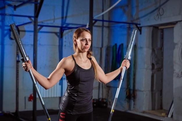 Femme belle remise en forme, soulevant des haltères. femme sportive, soulever des poids. Photo Premium