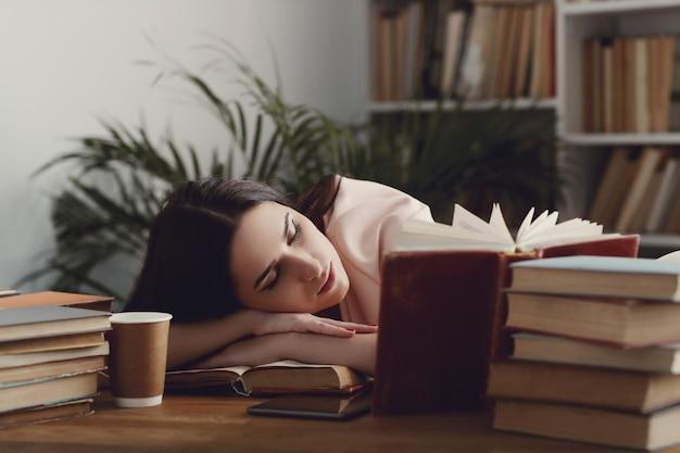 Femme à La Bibliothèque Photo gratuit