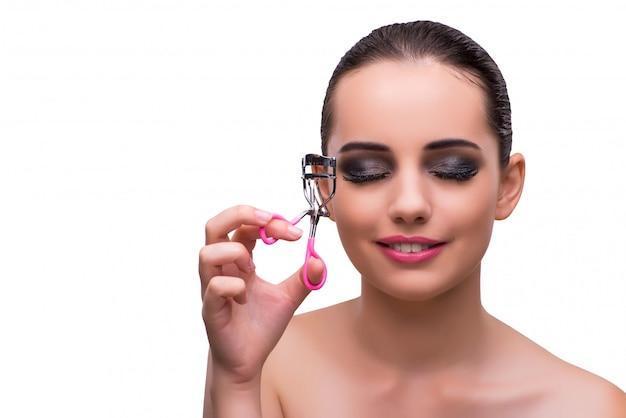 Femme avec bigoudi à cils isolé sur blanc Photo Premium