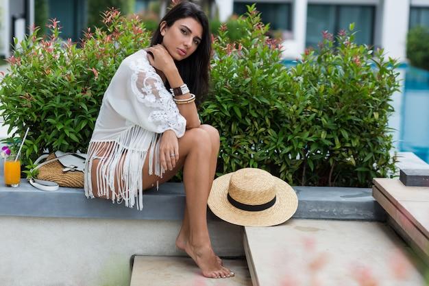 Femme En Bikini Blanc Posant Dans Un Hôtel Moderne En Thaïlande Portant Des Vêtements De Plage Boho élégant Photo gratuit