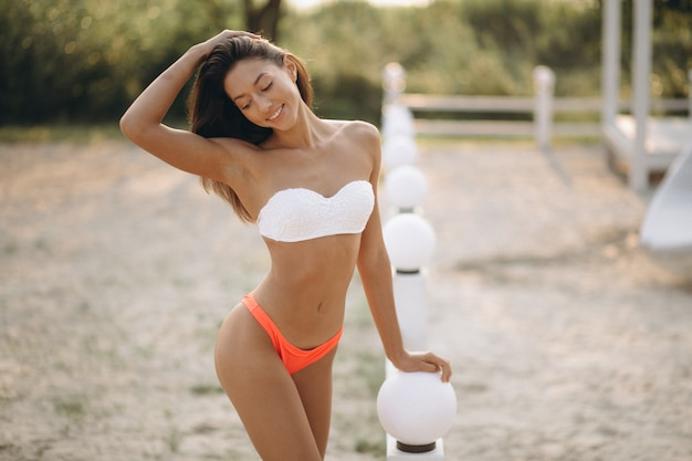 Femme En Bikini En Vacances Photo gratuit