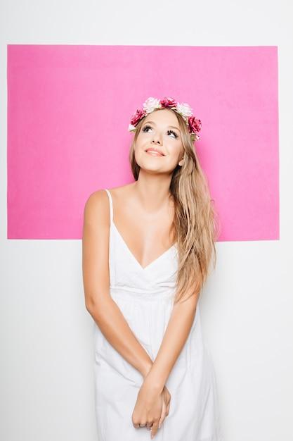 Femme, blanc, coton, robe, fleurs, cheveux, sourire Photo gratuit