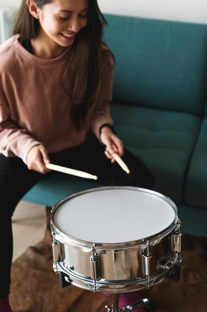 Femme blanche jouant du tambour Photo Premium