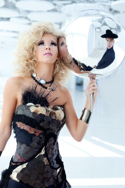 Femme blonde des années 80 avec une robe perlée de cancan ethnique Photo Premium
