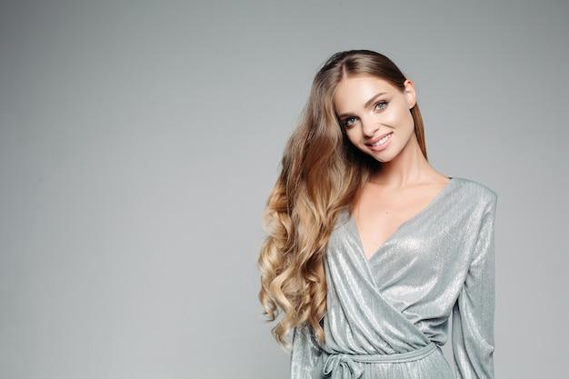 Femme blonde aux cheveux longs Photo Premium