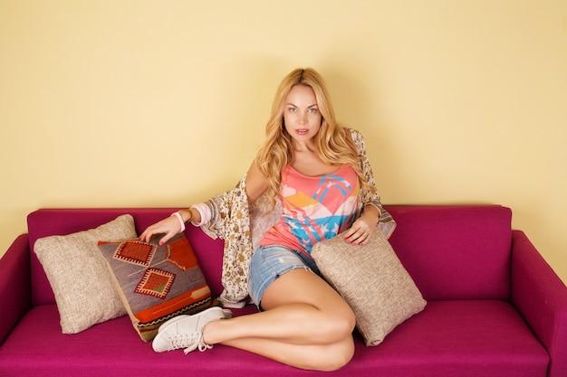 Femme Blonde Sur Canapé Violet Photo Premium