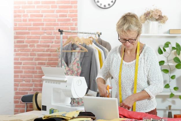 Femme Blonde Dans Un Atelier De Couture Photo Premium