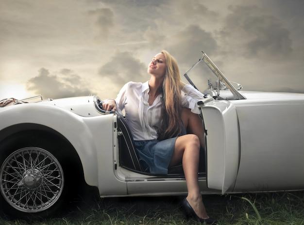 Femme blonde dans un cabriolet Photo Premium