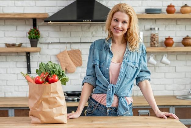 Femme blonde dans la cuisine Photo gratuit