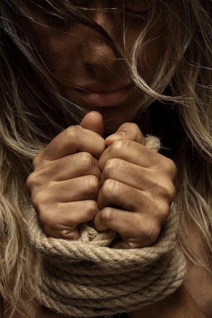Femme blonde avec les mains liées Photo gratuit