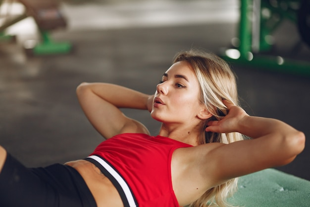 Femme Blonde Sportive Dans Une Formation Sportswear Dans Une Salle De Sport Photo gratuit