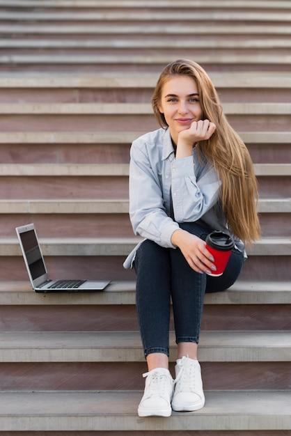 Femme blonde vue de face en regardant photographe Photo gratuit