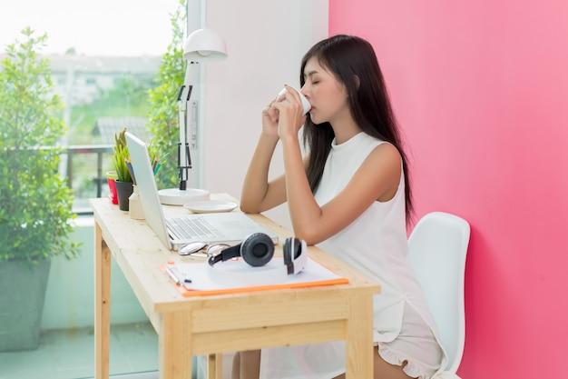 Femme boire un café le matin Photo gratuit