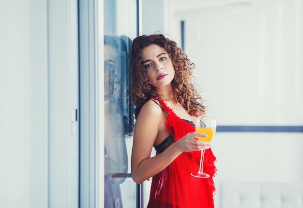 Femme en bonne santé sur le régime, boire du jus de fruits frais Photo Premium