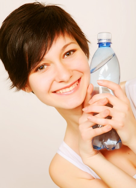 Femme Avec Une Bouteille D'eau Propre Photo Premium