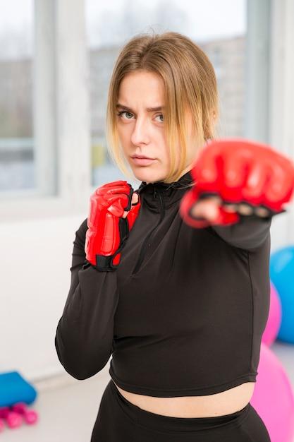 Femme, boxe, gants, exercice Photo gratuit
