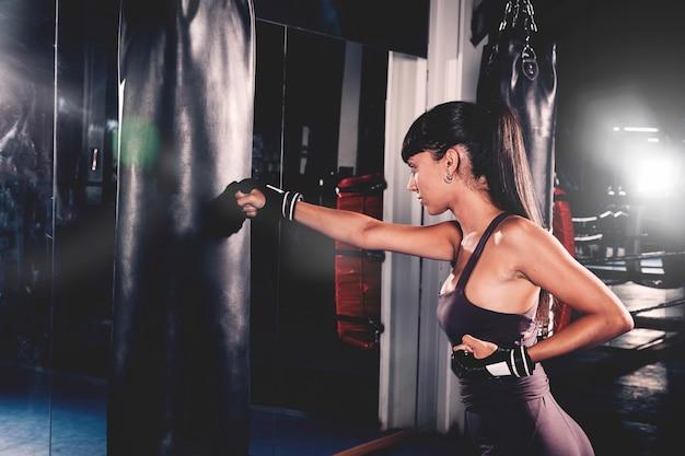 Femme, boxe, gymnase Photo gratuit