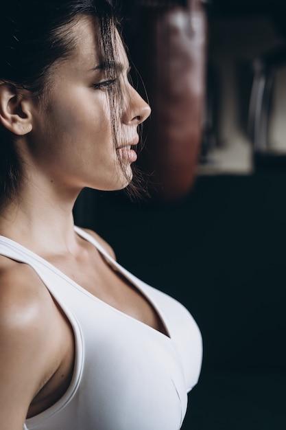Femme De Boxe Posant Avec Sac De Boxe. Concept De Femme Forte Et Indépendante Photo gratuit