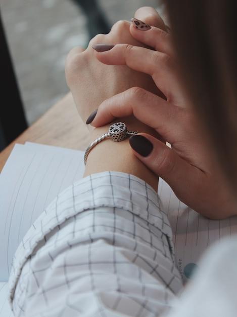 Femme Avec Un Bracelet En Argent à La Mode Avec Un Pendentif Photo gratuit