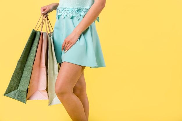 Femme branchée avec des sacs multicolores Photo gratuit