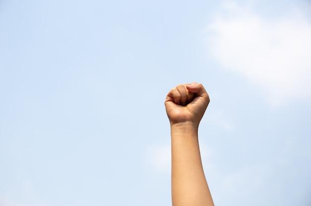 Femme, bras, poing, élevé, air Photo Premium