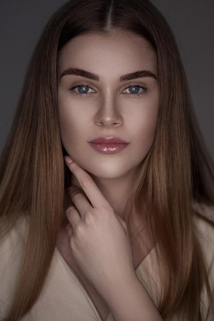 Femme brune beauté avec un maquillage parfait. Photo Premium