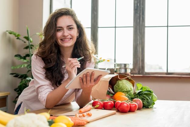 Femme brune dans la cuisine Photo gratuit
