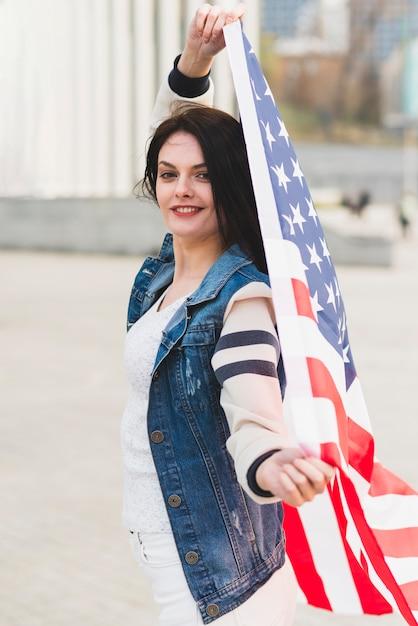 Femme brune avec drapeau américain Photo gratuit
