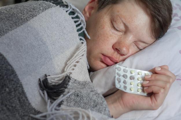 Femme Brune Mature Dormir Dans Son Lit Sous Une Couverture à Carreaux, Concept De Maladie Ou De Froid, Traitement à Domicile, Mise Au Point Sélective Photo Premium