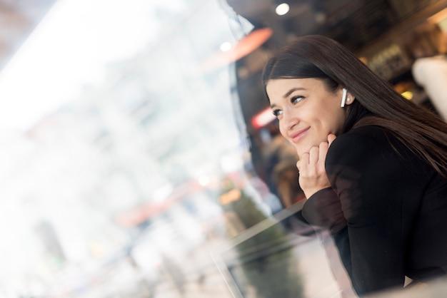 Femme brune souriante Photo gratuit