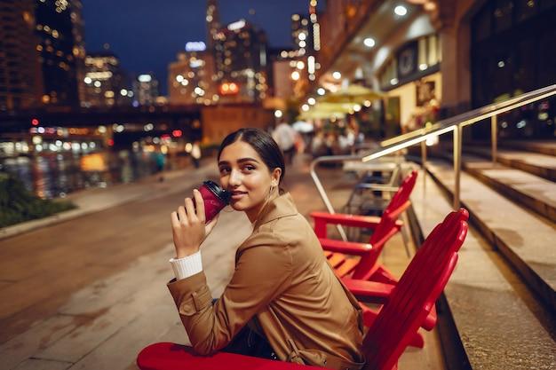 Femme buvant du café la nuit Photo gratuit