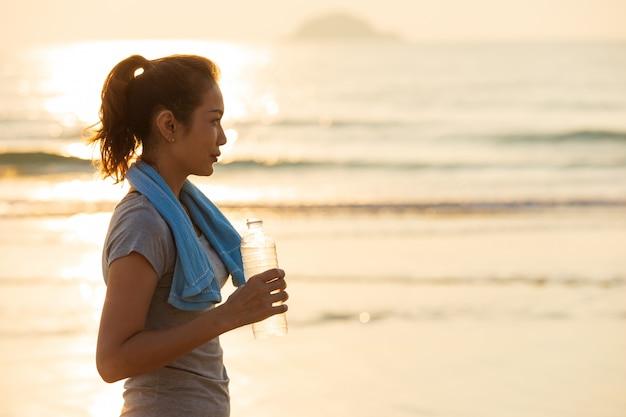 Femme buvant de l'eau après l'exercice. Photo Premium
