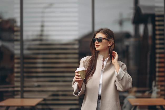 Femme avec café Photo gratuit