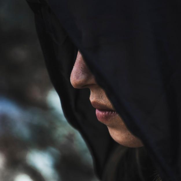 Femme en cagoule noire Photo gratuit