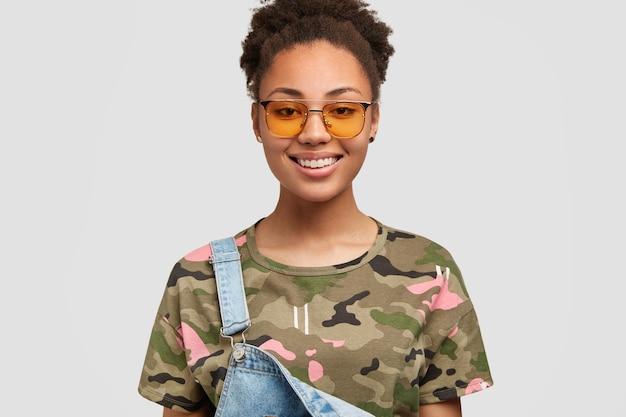 Femme De Camouflage Positive Posant Contre Le Mur Blanc Photo gratuit