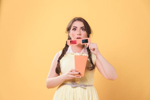 Femme Captivée Tenant Des Lunettes De Cinéma Et Du Pop-corn Photo gratuit