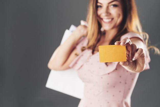 Femme Avec Carte De Réduction Photo gratuit