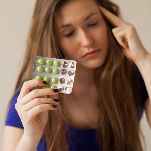 Femme Caucasienne Triste Avec Des Pilules Photo gratuit