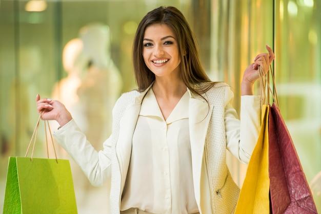 Femme, centre commercial Photo Premium