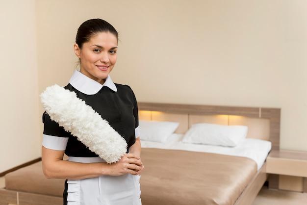 Femme de chambre prépare chambre d'hôtel Photo gratuit