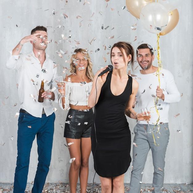 Femme, chant, fête, amis Photo gratuit
